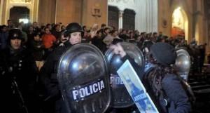 Feministas argentinas hacen topless y protestan de forma violenta contra los cristianos tirandoles basura