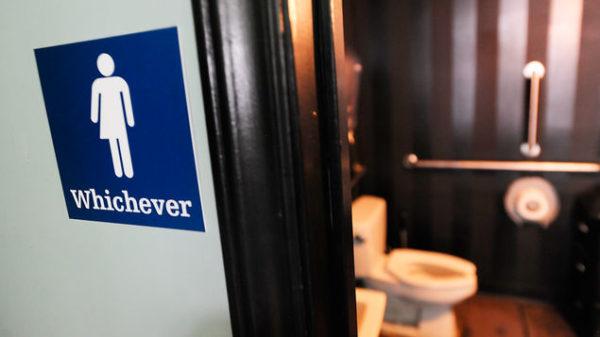 Estudiantes se rebelan contra baños transgénero: Nos incomodan a todos para no incomodar a uno