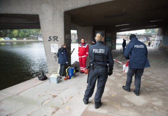 Policía registra la escena del crímen