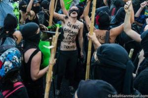 Activista feminista en protesta de #NiUnaMenos