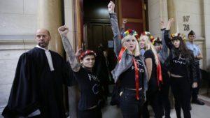 Feministas de FEMEN realizan el saludo comunista para las cámaras.