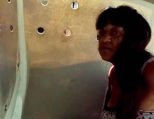 Mujer detenida por los vecinos es llevada a la comisaría en un móvil policial