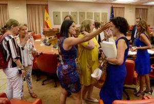 Diputadas feministas se congratulan entre ellas.